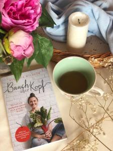tee-kerze-rezension-the booklettes-bauch ueber kopf